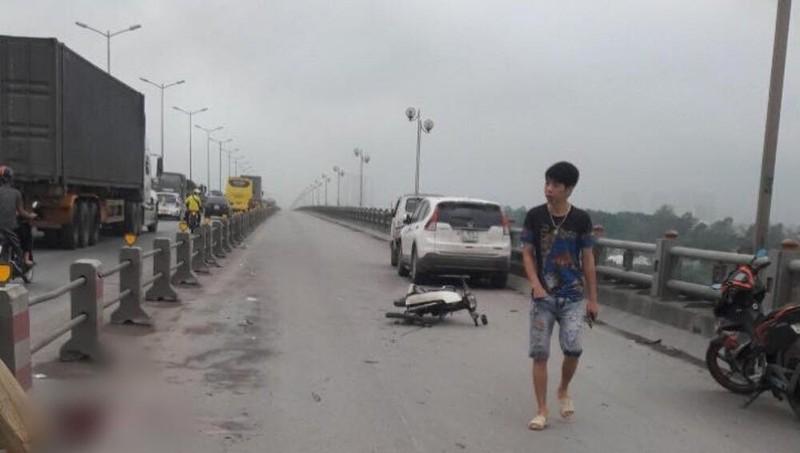 Nam thanh niên tử vong cạnh xe máy trên cầu Thanh Trì