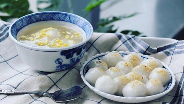 Tết Hàn thực người dân chuẩn bị bánh trôi, bánh chay cúng tổ tiên.