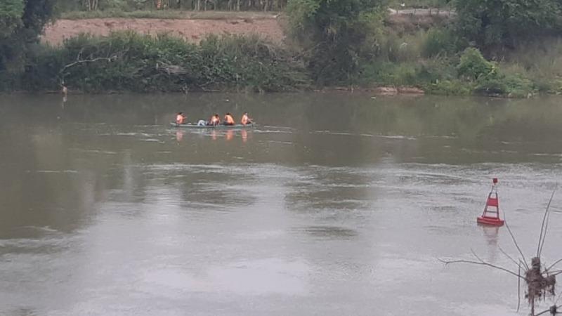 Lực lượng chức năng tìm kiếm nam sinh nhảy cầu Hoà Đông.