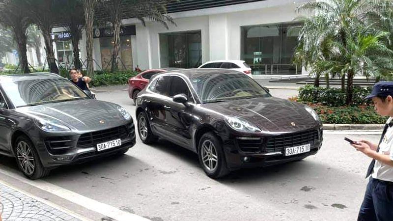 2 ô tô hiệu Porsche có cùng mang BSK 30A-715.10 giống hệt nhau, cùng dừng tại sảnh một chung cư ở TP Hà Nội.