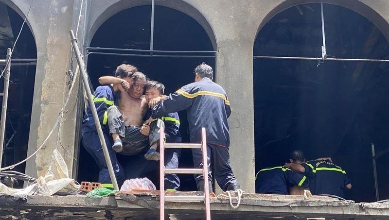 Nam công nhân nhảy từ tầng 2 xuống đất trong vụ cháy ở trung tâm TP HCM