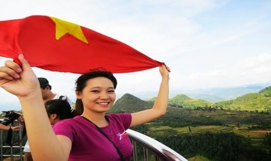 Tới đỉnh và cầm lá cờ Tổ quốc tung bay trước gió là cảm xúc khó tả (Ảnh: Trang Cidatel)