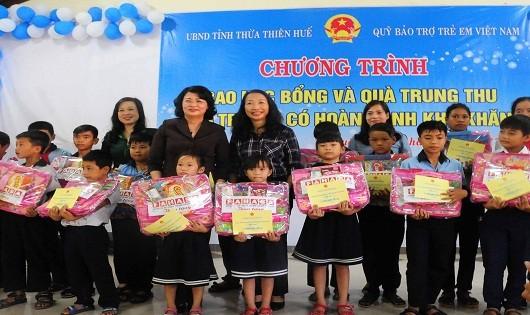 Phó Chủ tịch nước Đặng Thị Ngọc Thịnh cùng đại diện lãnh đạo Bộ LĐ-TB&XH trao quà, học bổng cho trẻ em có hoàn cảnh khó khăn ở Huế