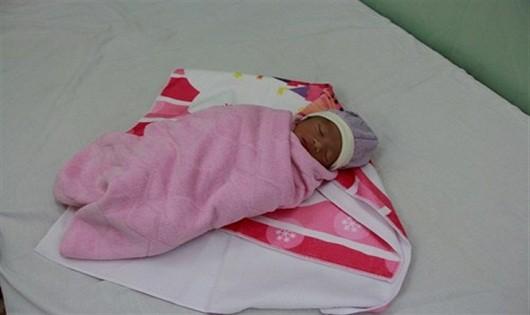 Bé gái sơ sinh bị bỏ rơi dưới chân cầu