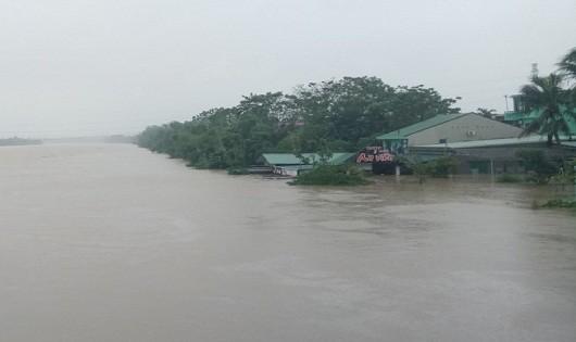 Nước lũ trên sông Bồ đang dâng cao (Ảnh: Nguyễn Do)