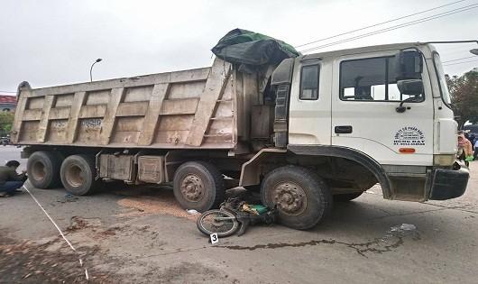 Va chạm với xe tải, người phụ nữ chết thảm trên đường chở gạo đi bán