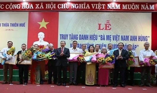 Trao danh hiệu vinh dự Nhà nước Bà mẹ Việt Nam anh hùng cho thân nhân các mẹ