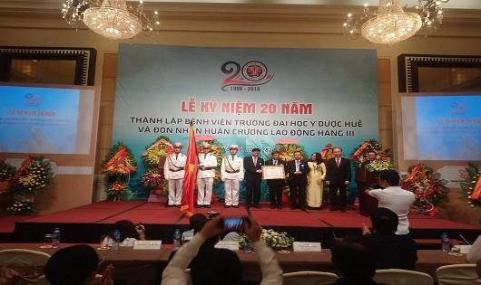 Thứ trưởng Bộ Y tế trao Huân chương Lao động hạng ba cho bệnh viện trường ĐH Y dược Huế