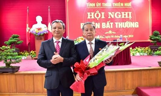 Bí thư tỉnh ủy ông Lê Trường Lưu tặng hoa chúc mừng tân Chủ tịch UBND tỉnh Phan Ngọc Thọ (ảnh: CTTĐT)