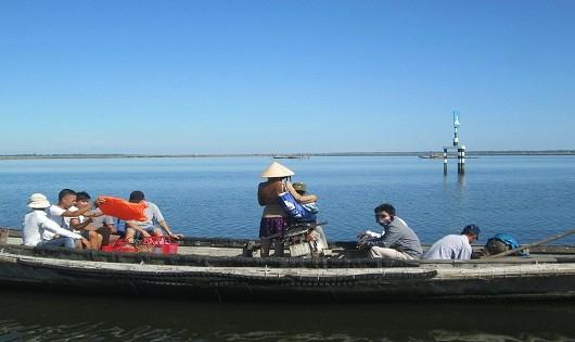 Không một hành khách nào mặc áo phao trên chuyến đò vượt phá Tam Giang.