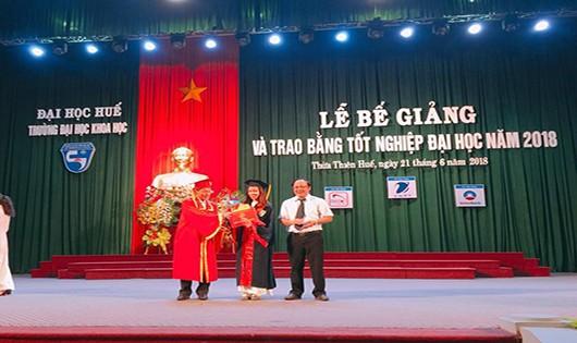 Hiệu trưởng nhà trường trao giấy khen cho sinh viên