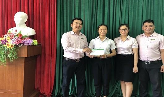 NHCSXH huyện trao số tiền hỗ trợ hàng tháng từ chương trình cho em Trương Thị Nhung ( xã Lộc An)