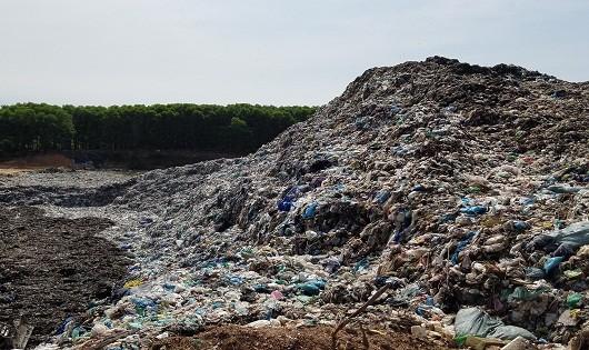 Những núi rác khổng lồ bốc mùi hôi thối ảnh hưởng đến cuộc sống của nhiều hộ dân trên địa bàn phường Thủy Phương