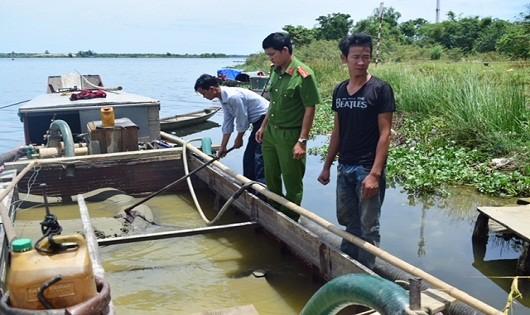 Hai thuyền khai thác cát trái phép trên hạ lưu sông Hương bị cơ quan chức năng bắt giữ