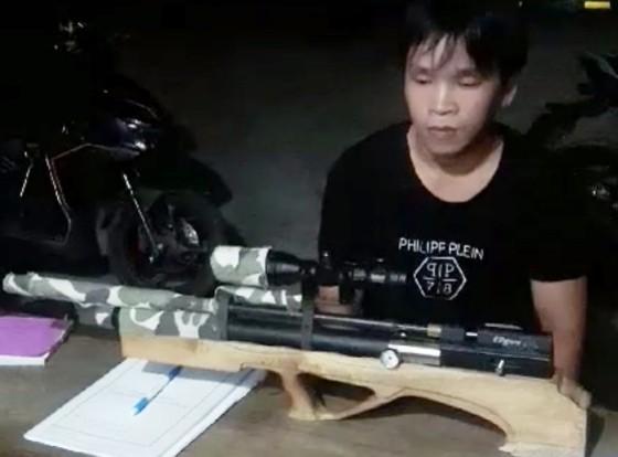 Bạch Đức Phụng và khẩu súng hơi tự chế bị cơ quan chức năng thu giữ