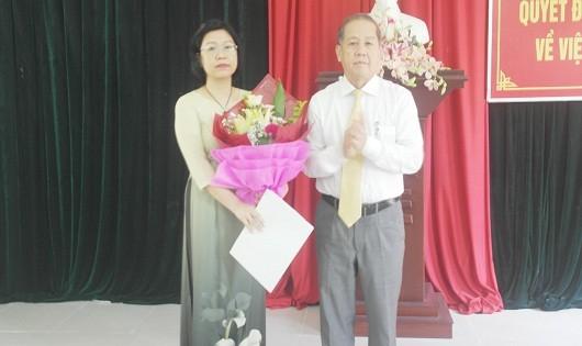 Chủ tịch UBND tỉnh trao Quyết định và tặng hoa chúc mừng tân Phó giám đốc Sở Tư pháp.