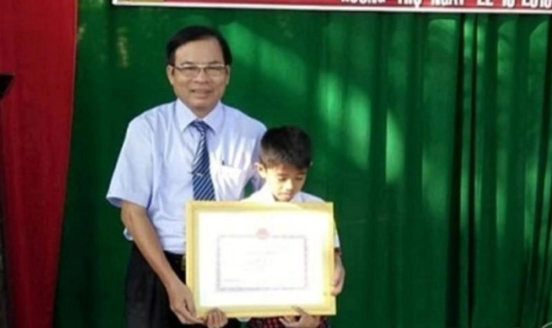 Ông Đặng Phước Mỹ, Phó Giám đốc Sở Giáo dục và Đào tạo tỉnh tặng bằng khen cho em Lê Văn Vũ