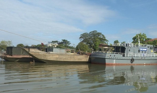 Các tàu, thuyền khai thác cát trái phép trên sông Hương