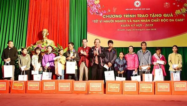 Phó Thủ tướng Thường trực Trương Hòa Bình tặng quà cho các hộ nghèo và hộ nạn nhân chất độc da cam tại huyện A Lưới, tỉnh TT- Huế (ảnh CTTDT Huế)