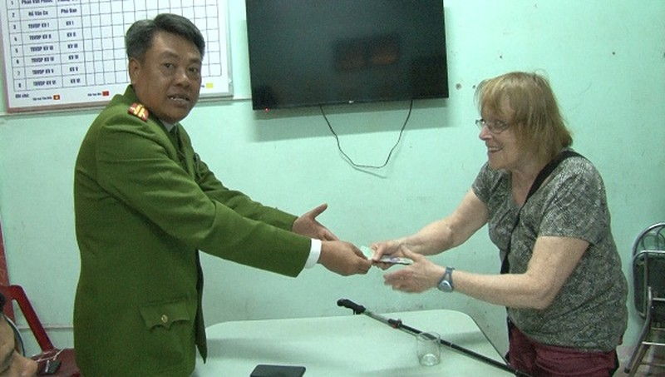 Trao trả tài sản bị mất trộm cho du khách nước ngoài