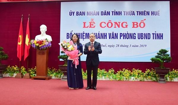 Phó Bí thư Tỉnh ủy, Chủ tịch UBND tỉnh Phan Ngọc Thọ trao quyết định và tặng hoa chúc mừng bà Trần Thị Hoài Trâm