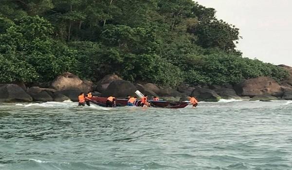 Cứu sống ngư dân bị chìm thuyền trên biển