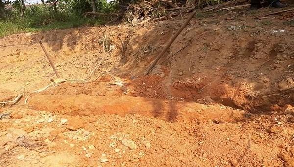 Đào đất làm nhà, phát hiện quả bom dài 2m