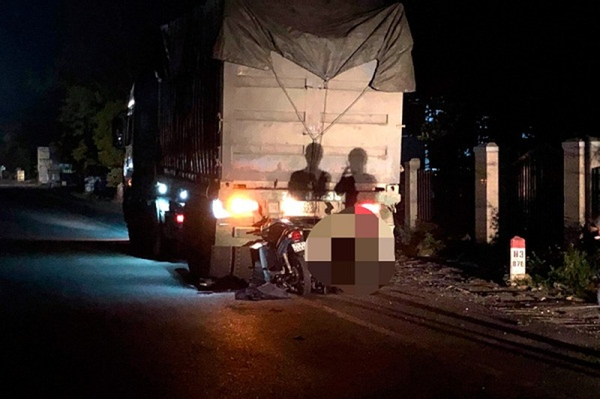 Xe máy đâm đuôi xe ô tải, một cán bộ Công an tử vong