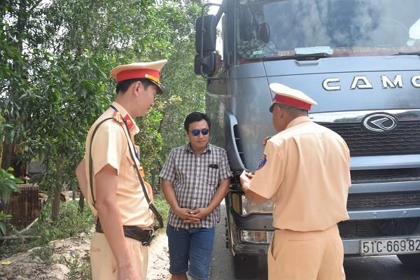 Cơ quan chức năng làm việc với tài xế Trần Văn Sơn (SN 1982, trú tại TP HCM)