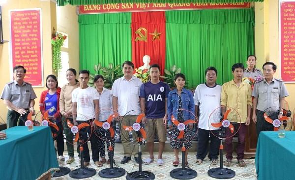Lãnh đạo Cục THADS tỉnh trao tặng quà cho các hộ nghèo ở xã Nhâm