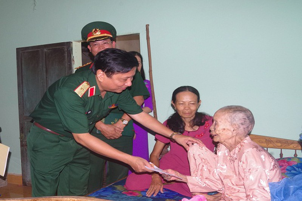 Thăm, tặng quà Mẹ Việt nam anh hùng Dương Thị Mót ở Phường Thủy Châu, Thị xã Hương Thủy.
