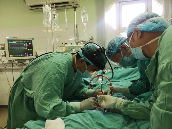 Các bác sĩ đang thực hiện kỹ thuật oxy hóa qua màng ngoài cơ thể (ECMO) để cứu sống bệnh nhân bị viêm cơ tim tối cấp