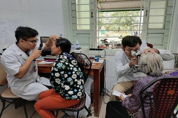 Khám sàng lọc và điều trị miễn phí bệnh lý về mắt cho hàng trăm người dân có hoàn cảnh khó khăn