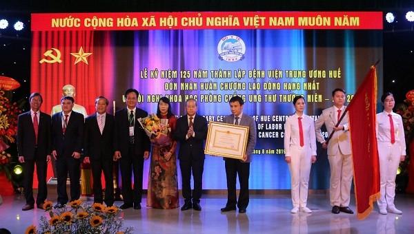 Bệnh viện Trung ương Huế đón nhận Huân chương Lao động hạng Nhất