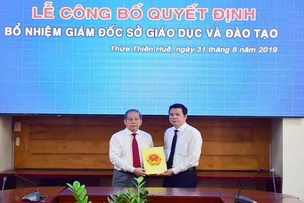Chủ tịch UBND tỉnh Phan Ngọc Thọ trao quyết định bổ nhiệm cho ông Nguyễn Tân (bên phải)