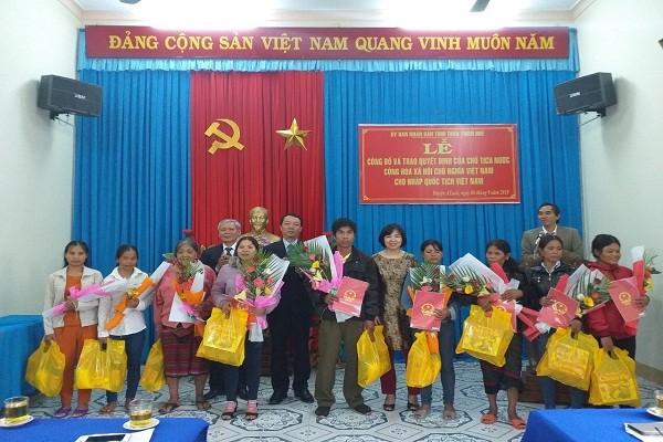 Đồng chí Lương Thị Lanh, Phó Cục trưởng Cục Hộ tịch, quốc tịch, chứng thực, Bộ Tư pháp và lãnh đạo tỉnh trao quyết định nhập quốc tịch Việt Nam cho các công dân Lào