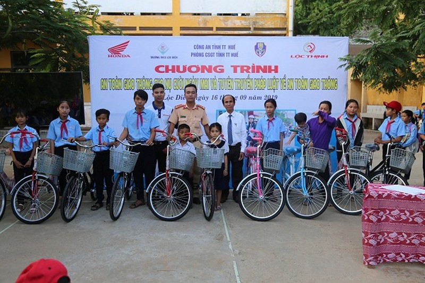 Tặng xe đạp cho các em học sinh trường THCS Lộc Điền