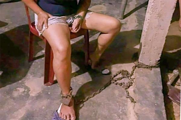 Đưa vào diện quản lý đối với người chồng xích chân vợ vào cột nhà
