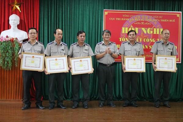 Cục trưởng Cục THADS tỉnh Ngô Thanh Cường trao giấy khen cho các tập thể đạt thành tích xuất sắc trong năm qua