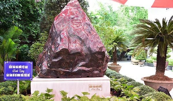 Khối đá Saphia nặng 14 tấn do Tổng Kiểm toán Nhà nước trao tặng tỉnh TT- Huế