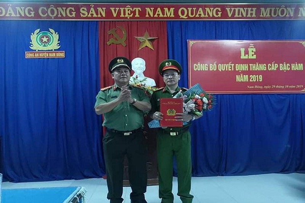 Đại tá Lê Văn Vũ -Phó Giám đốc Công an tỉnh trao quyết định của Bộ Công an cho đồng chí Nguyễn Tiến Dũng
