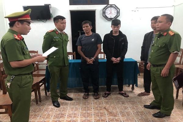 Cơ quan Công an đọc lệnh bắt tạm giam đối với đối tượng Trần Văn Chấn và con trai Trần Văn Phước