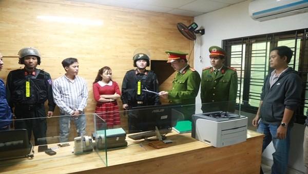 Cơ quan CSĐT Công an Thừa Thiên Huế đọc lệnh bắt khẩn cấp đối tượng Nguyễn Duy Phương
