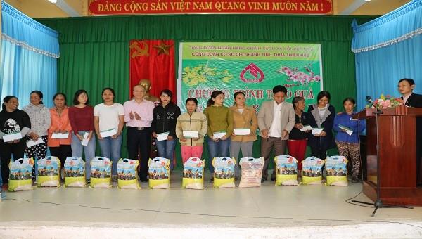 Ông Trương Công Lân, Giám Đốc NHCSXH tỉnh TT Huế trao quà cho các hộ nghèo, hộ chính sách tại xã Bình Tiến, thị xã Hương Trà