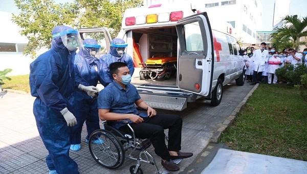 Bệnh nhân được di chuyển bằng xe cấp cứu, sau đó được ngồi xe lăn đẩy vào khu vực cách ly ở Khoa bệnh nhiệt đới tại Bệnh viện Trung ương Huế cơ sở 2