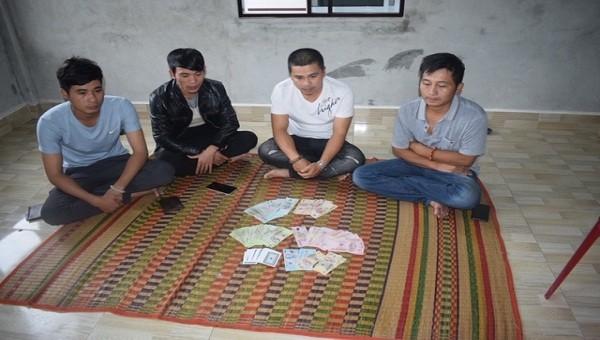 Các đối tượng đánh bạc cùng tang vật bị thu giữ