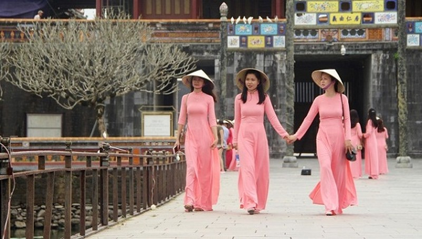 Tất cả phụ nữ khi mặc áo dài truyền thống Việt Nam tham quan di tích Huế sẽ được miễn phí vé (ảnh L.T)