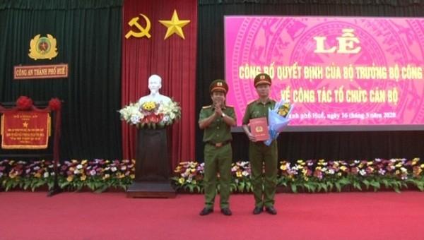 Trao quyết định của Bộ trưởng Bộ Công an đối với Trưởng Công an thành phố Huế