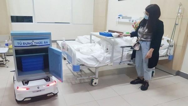 """Bệnh viện Trung ương Huế sáng chế """"robot"""" phục vụ bệnh nhân cách ly do Covid-19"""
