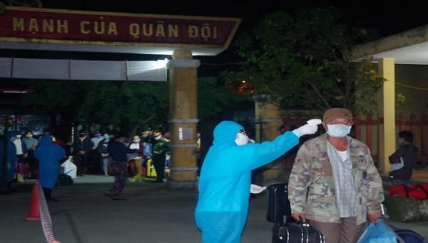 Đo thân nhiệt cho các công dân trở về từ Lào
